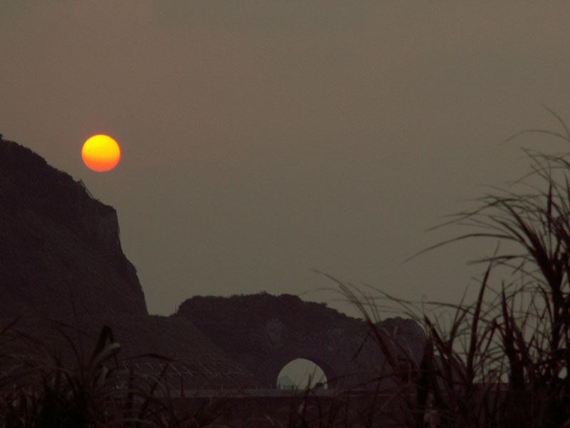 06.10かがんばなトンネルと夕陽